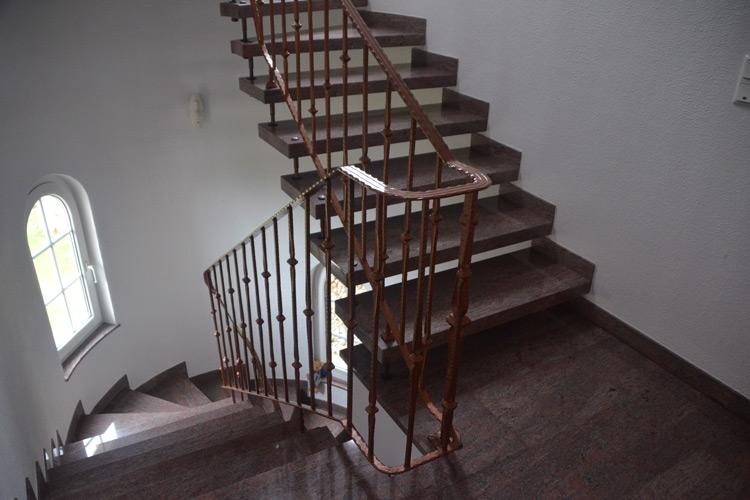 Gelbert Natursteine - Freitragende Treppe